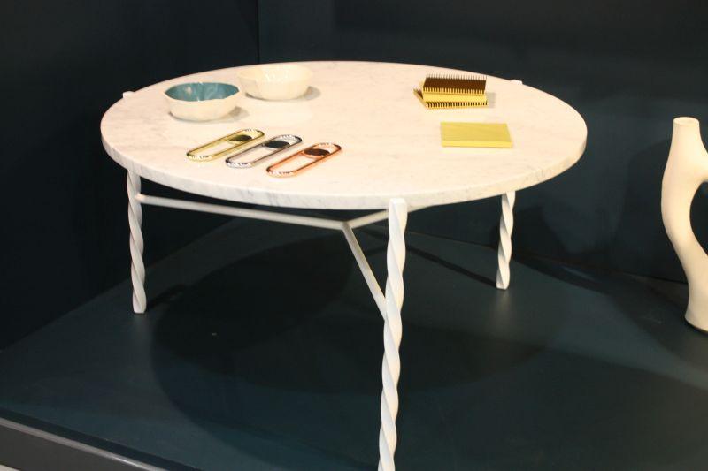 beyaz-yemek-masasi-ilginc-bazli