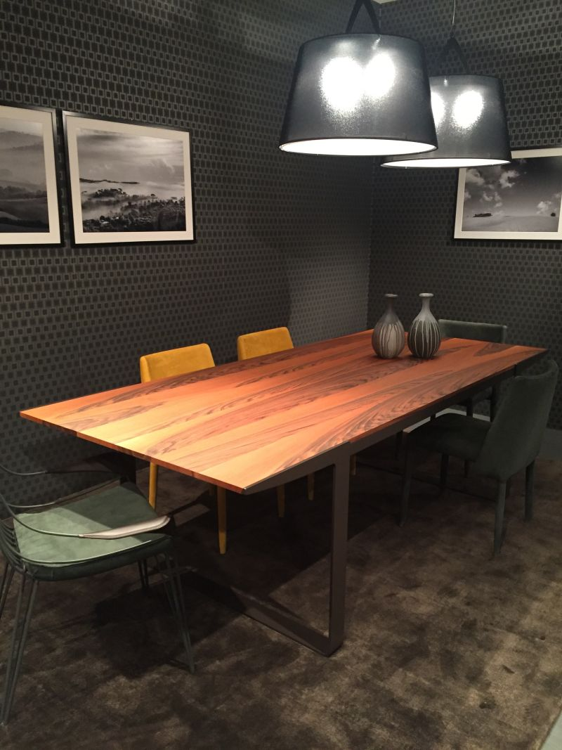 Sıcak ve soğuk tonlar ile bir odada kullanılan tüm malzemeler arasındaki dengeyi bulmaya çalışın. Ahşap yemek masası, metal sandalyeler ve spektrumun her iki yanından bir renk karışımı ile eşleştirilebilir.