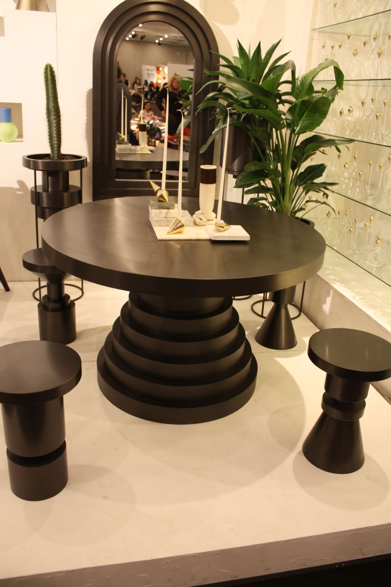 saglam-siyah-yemek-masasi