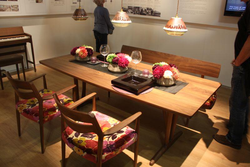 Odada birleşebilme hissi oluşturmak için masayı zemiyle eşleştirin. Bundan sonra, uyumlu bir görünüm için eşyaları karıştırıp eşleştirmenin birçok yolu bulabilirsiniz.