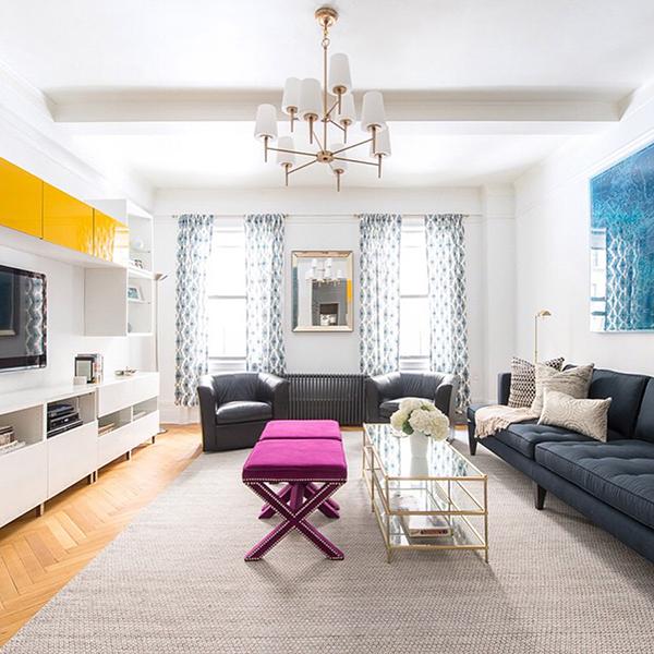 Ferah bir salon dekorasyonu örneği, Canlı renkler geniş bir ortamda kullanılmış