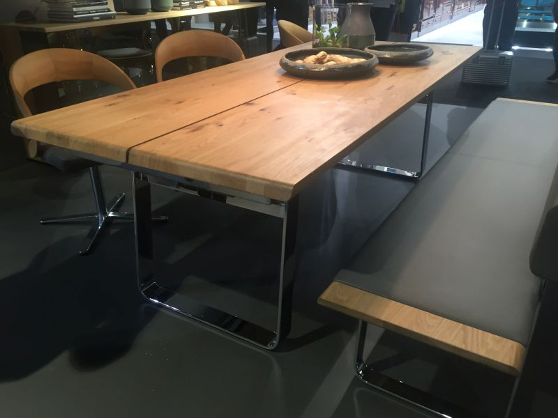 ahsap-yemek-masa-tezgah-ayar-ve-doner-sandalyeler-kemer-ile-birlikte-krom-tabanli