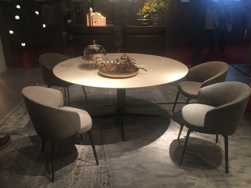 basit-yuvarlak-yemek-masasi-serin-koltuklar