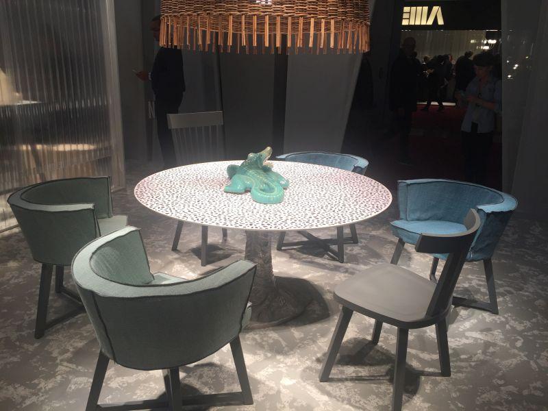 benzersiz-yemek-masasi-yuvarlak-tasarimi-ve-fark-sandalyeleri