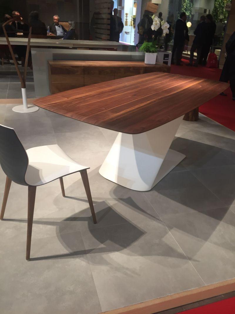 Bu yemek masasının basit fakat heykel ve göz alıcı üssü, gerçekten ilginç ve çarpıcı bir görünüm kazandırıyor. Üstelik, renklerin ve malzemelerin birleşimi, tasarıma daha da fazla cazibe katıyor.