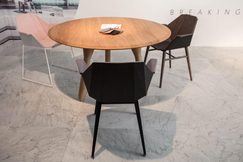kucuk-yuzyil-ortasi-yuvarlak-yemek-masasi-esli-geometrik-sandalyeler
