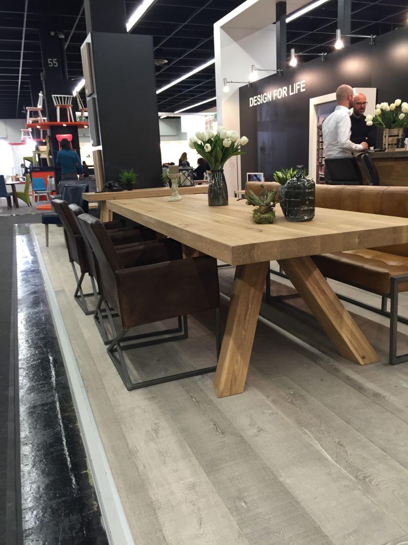 Bazı yemek masaları, yaptıkları malzemeyi kutlamak için tasarlanmıştır. Bu, örneğin, genellikle tahıl, renk, doku ve sıcaklık gibi odunla ilişkili olan eşsiz ve güzel şeyleri vurgular.