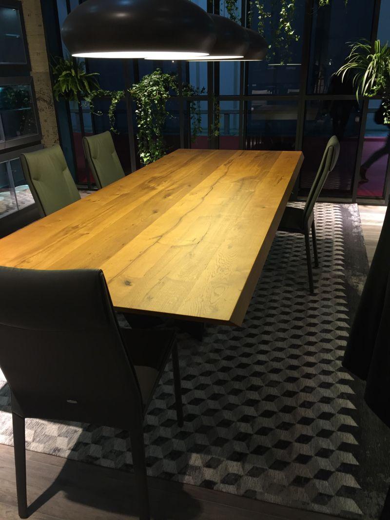 Yeterli aydınlatma, benzer bir etkiye sahip olabilir. Aslında, aydınlatma, yemek odaları geldiğinde genelde çok önemlidir. Bu alan için büyük avizeler veya askılı ışık setleri tercih edilir.