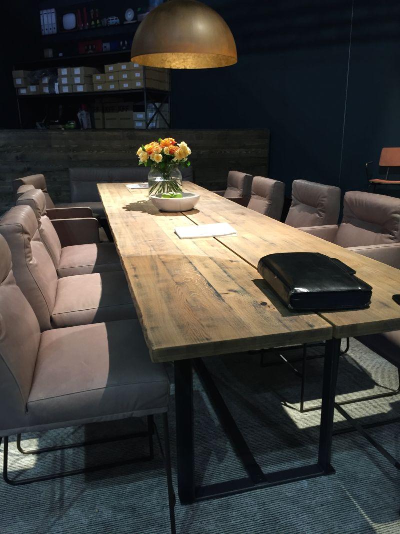 Bazı malzemelerin kombinasyonları, belirli stiller için daha uygundur. Örneğin rustik veya modern bir odada güzel görünebilmesine rağmen ahşap ve metal kombinasyonu, endüstriyel alan için mükemmeldir.