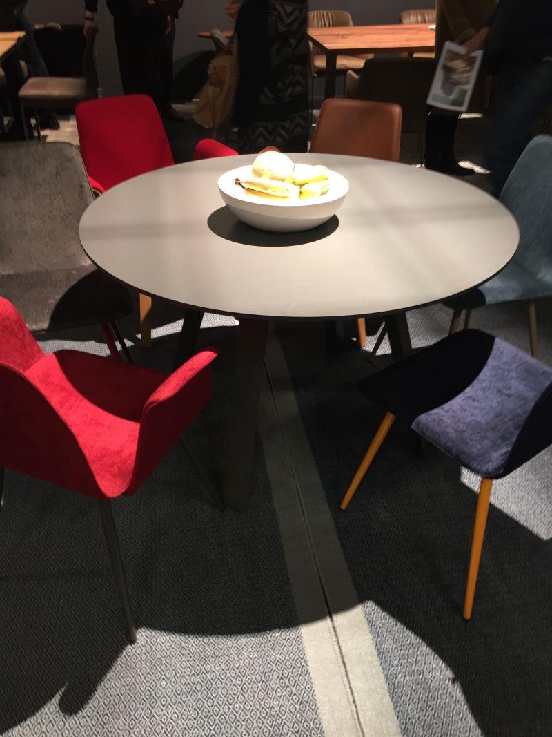 renkli-sandalyeler-icin-yemek-masalari