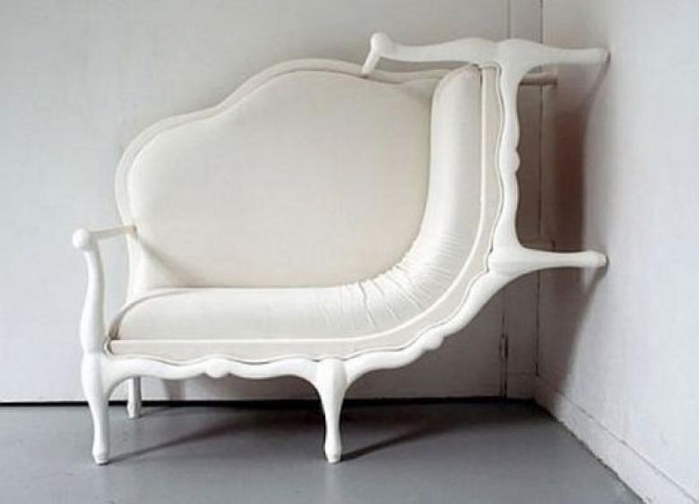 koltugun-ayaklari-her-zaman-yere-degecek-diye-bir-kuralin-olmadigi-bir-koltuk-modeli_780x563-ze8avl3ka0
