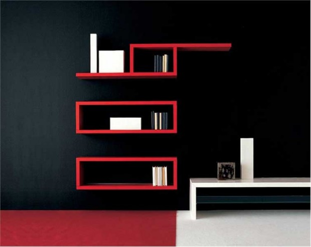 kırmızı duvara monte kitaplık